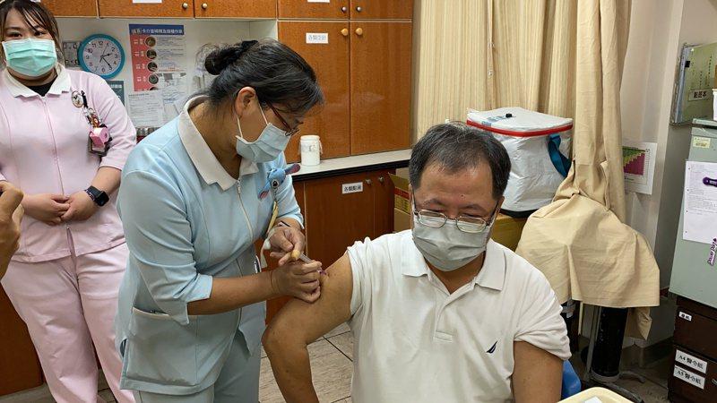 郭爸爸施打AZ疫苗,施打疫苗後,出國比較方便。記者劉星君/攝影