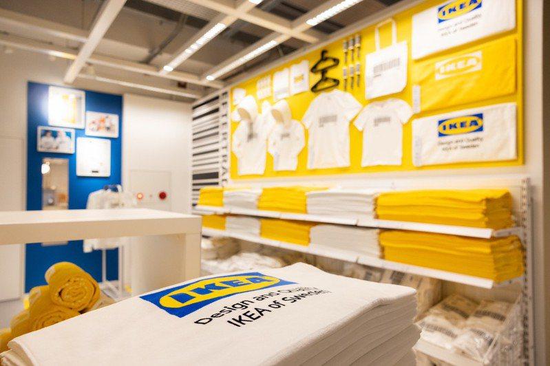 IKEA內湖店開幕獨賣商品:EFTERTRÄDA系列T恤299~399元、同系列浴巾449元。記者沈昱嘉/攝影