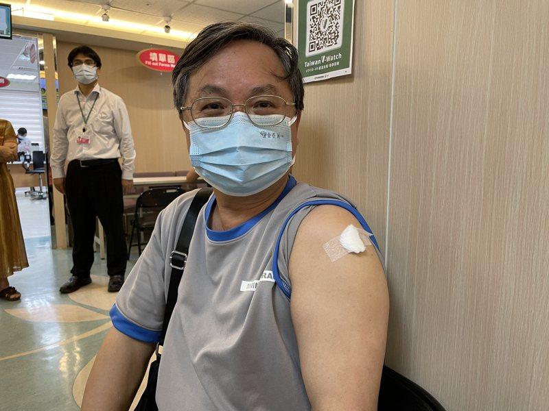 於菲律賓經營機械五金公司的65歲劉姓男子,表示先打完疫苗才敢回去菲國。記者林伯驊/攝影