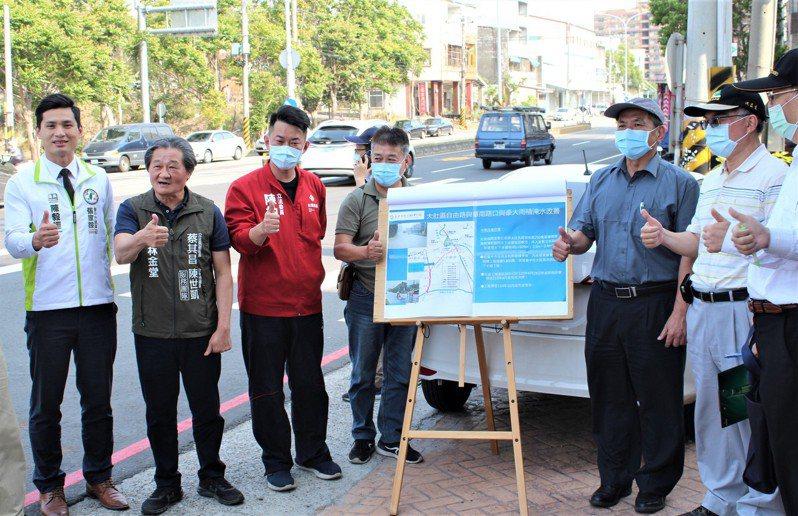立法委員陳柏惟(左三)今邀請營建署和市府官員,到大肚區華南路與自由路口會勘。圖/陳柏惟提供