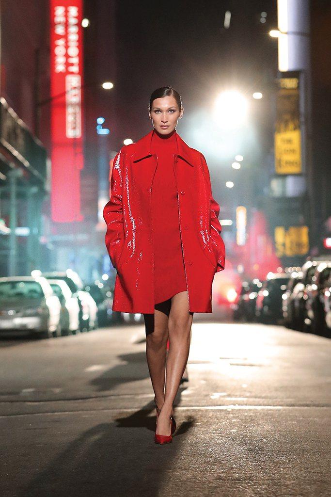 性感的火紅色漆亮皮革,打造貝拉哈蒂德的氣場。圖/MICHAEL KORS提供
