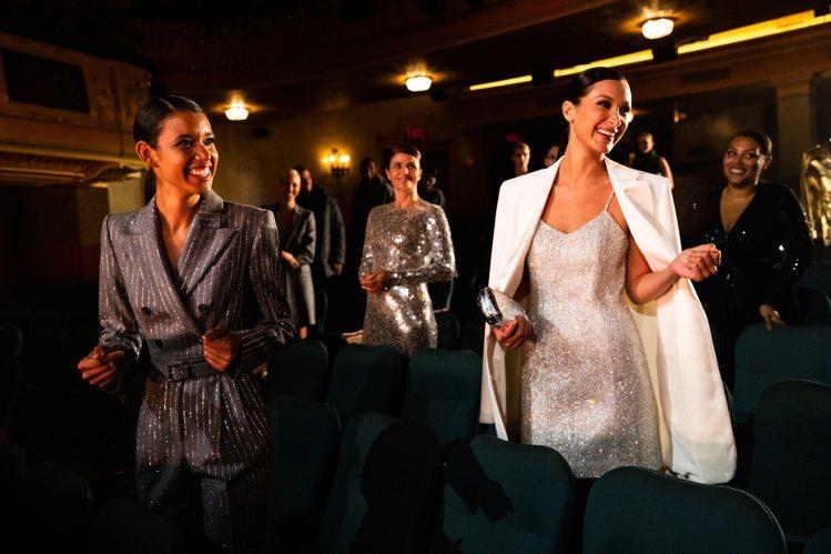 貝拉哈蒂德身上的亮片洋裝、西裝外套,完全是標誌性的MICHAEL KORS單品。...