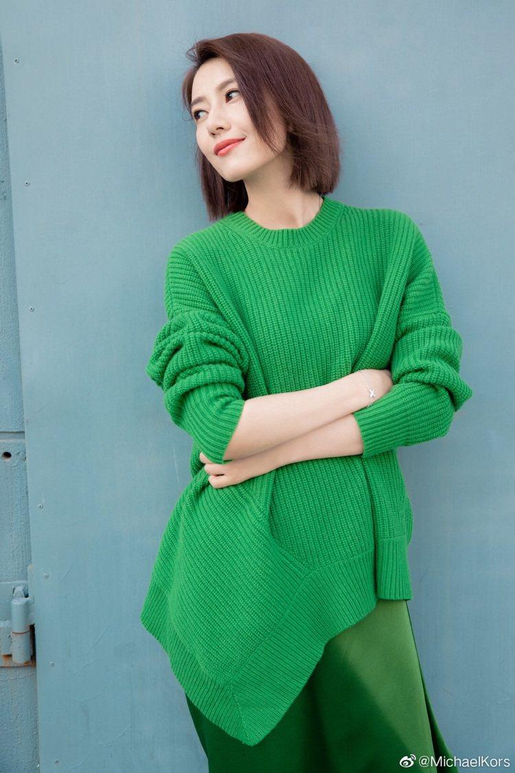 高圓圓隔空看秀的綠色系穿搭雖然有「春天的味道」,但顯得相當居家。圖/取自官方微博