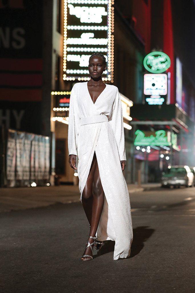 極度性感迷人又霸氣的大衣式洋裝,有流暢俐落的剪裁。圖/MICHAEL KORS提...