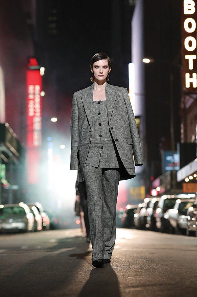 各式各樣的都會穿搭,構成了2021秋冬時裝的俐落自信。圖/MICHAEL KOR...