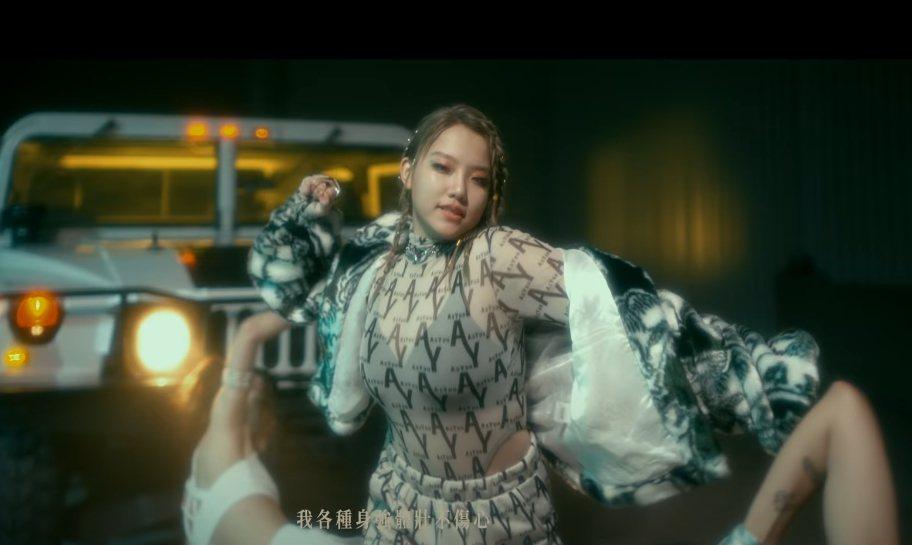 安那在MV中以小可愛搭配透視裝。圖/摘自YoyTube