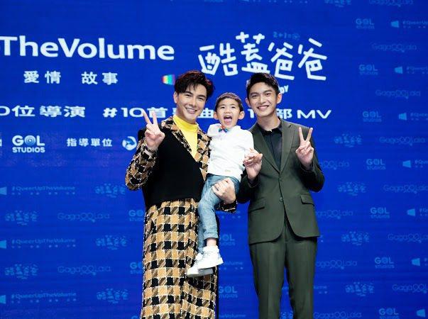 謝佳見(左)和林輝瑝(右)演出同志家庭並收養一個男童。圖/GagaOOLala影