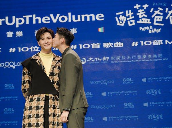 謝佳見(左)和林輝瑝演出同志家庭。圖/GagaOOLala影音平台提供