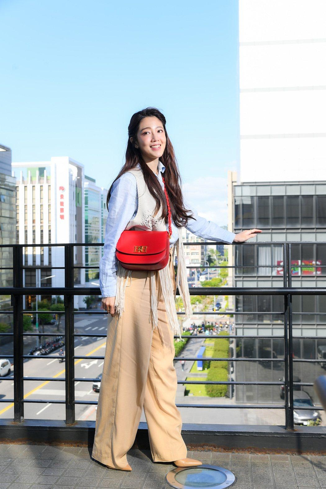 黃薇渟身材高挑在新戲「戀愛是科學」中飾演空姐。圖/三立提供 服裝、鞋包提供:BA...