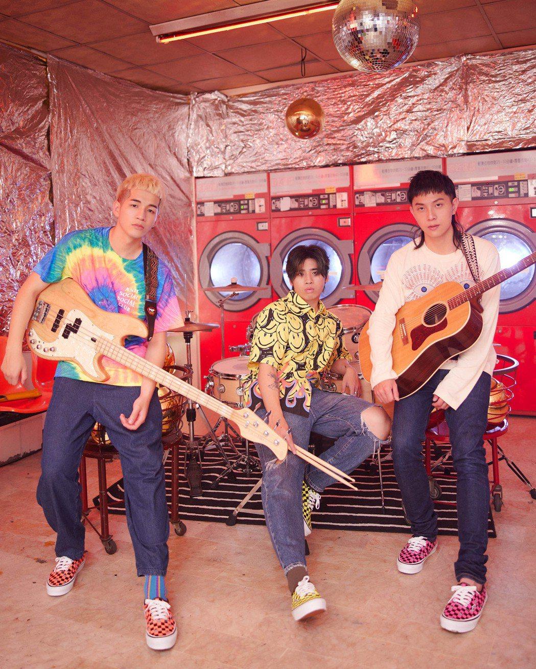 「鹿洐人」寶仔(左起)、天裔和謝博安為新專輯前導影片連拍24小時,髮膠補到崩潰。...