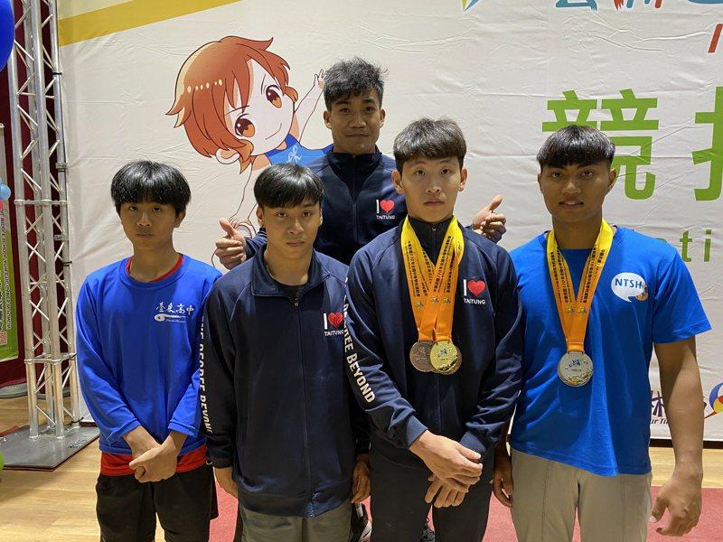 游朝偉(後)和國家隊告假,到全中運競技體操最終日賽程督軍。記者曾思儒/攝影
