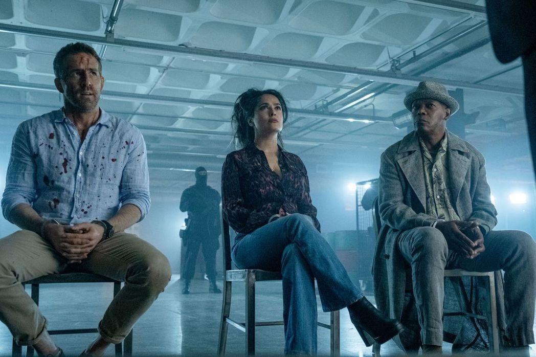 萊恩雷諾斯(左起)、莎瑪海耶克、山繆傑克森在「殺手保鑣2」中有許多搞笑演出。圖/...