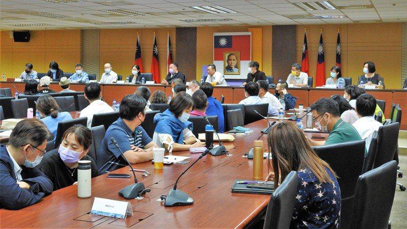 高雄市政府、行政院南部聯合服務中心首辦港人座談會,有20多名港人出席,討論熱絡。圖/高雄市政府提供