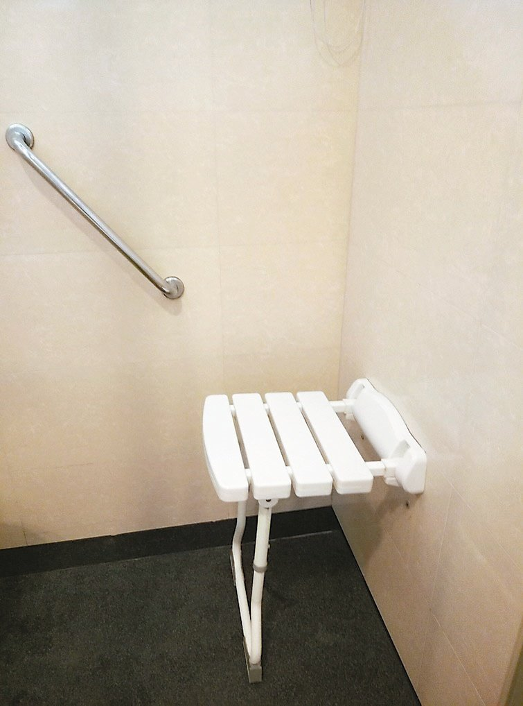 屋子裝修,特別在浴室裝設壁掛式的折疊洗澡椅。圖╱金萍仙提供