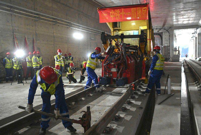 廣州地鐵十八號線首通段軌道工程,20日順利完成最後一個接頭焊接,實現全段長軌貫通。圖為焊接施工現場。(中新社)