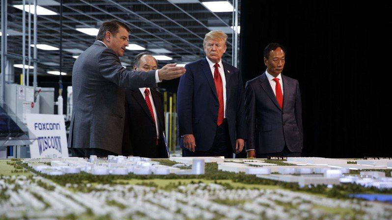 2018年6月鴻海創辦人郭台銘(右)接待時任美國總統川普,參觀威斯康辛投資案。  美聯社