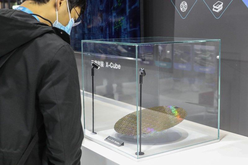 業內預期到2022年底芯片(晶片)供應還會很緊張。圖為去年上海進博會上,三星展示了最新5納米EUV(極紫外光)工藝製作的晶圓。(中新社)