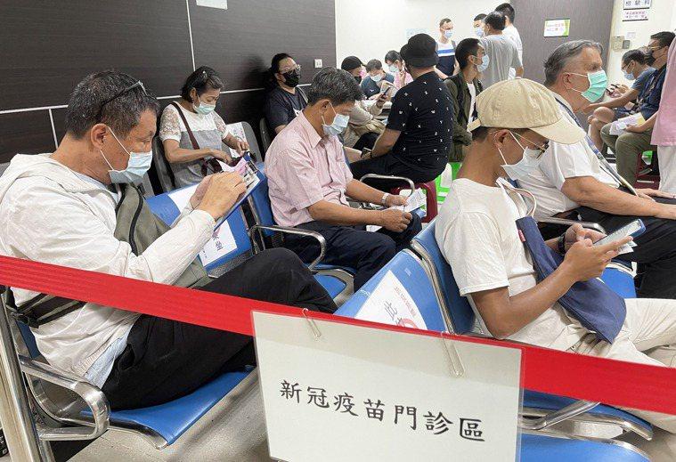 公費AZ疫苗打氣冷,指揮中心再開放第五、第六類對象;自費AZ疫苗則打氣十足,圖為...