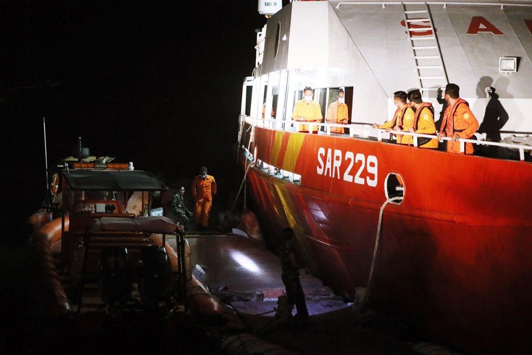 根據海軍的說法,海空搜救部隊大概在21日上午7點抵達了神鋤號最後回報的所在海域,...