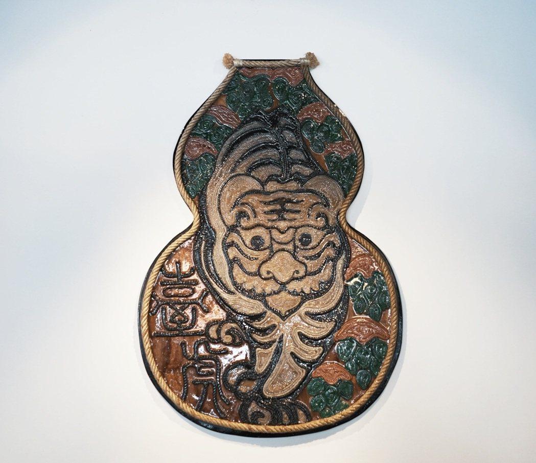 回收的麻繩、廢棄木板則組裝出啤酒花與老虎兩大重要元素,巧妙二創為臺虎精釀的品牌識...