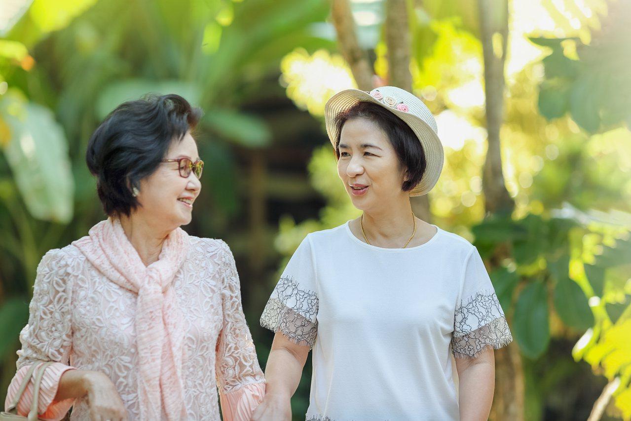 讓媽媽擁有強健行動力,陪伴媽媽持續擁抱精彩人生。 圖/shutterstock ...