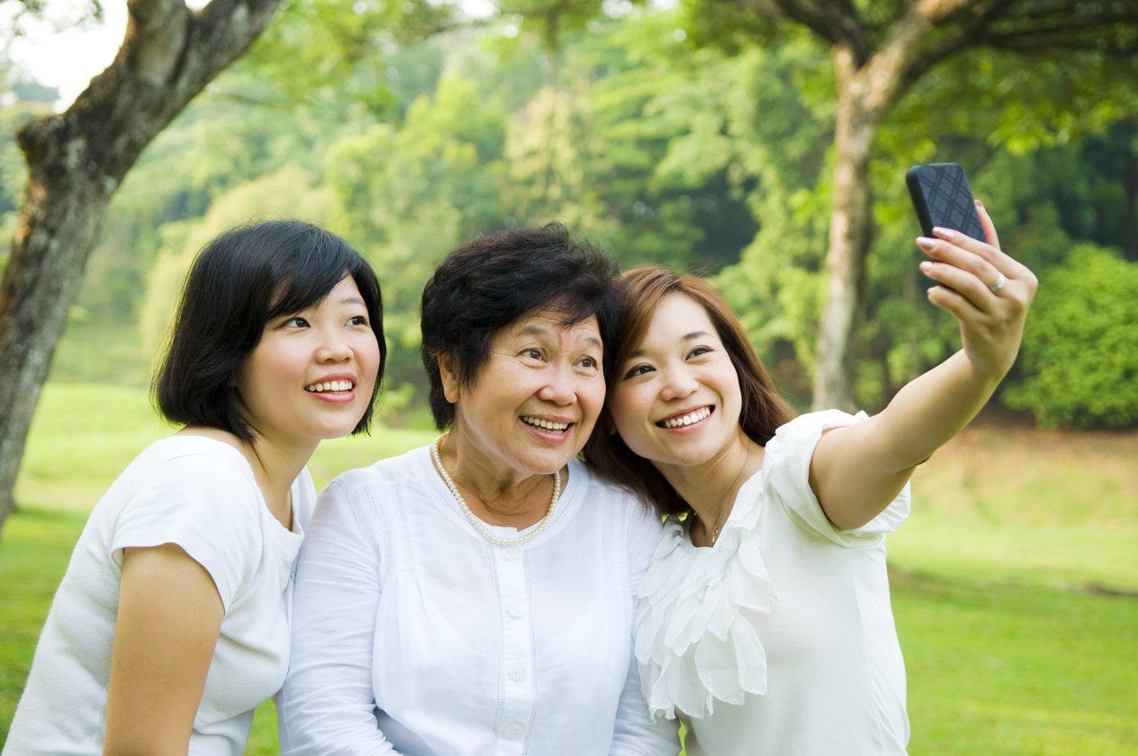 身手矯健的媽媽,更能自在與子女出外同遊。  圖/shutterstock 提供