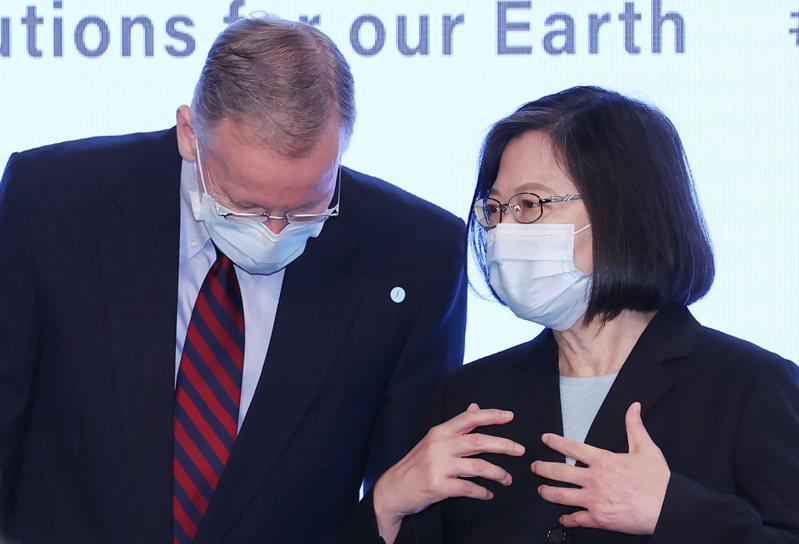 蔡英文總統(左)上午出席美國在台協會之美國創新中心(AIC)舉辦的AIC年度創新論壇「世界永續同行—永續 x 創新」及「2021設計行動高峰會」開幕式,在合影時利用空檔與美國在台協會處長酈英傑(右)交談。記者曾學仁/攝影