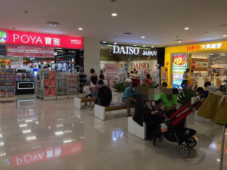 賣場店外休息區畫面曝光,令網友笑稱「男友化石區」。圖擷自路上觀察學院