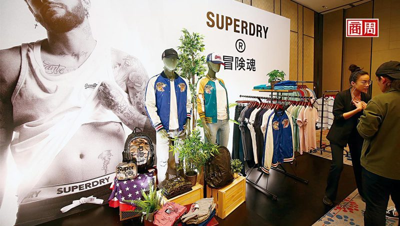 Superdry發表會現場,大眾熟悉的「極度乾燥」標語已被取代,更出現以往罕見的款式,如有機棉運動服、日式刺繡外套等。(攝影者.駱裕隆 )