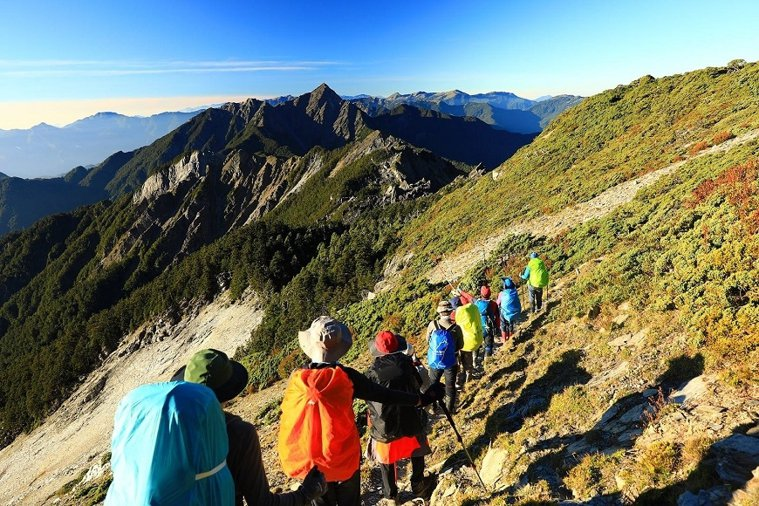 組團登山不只樂趣更多,也培養相互合作的團隊精神。 圖/取自50+(Fifty P...