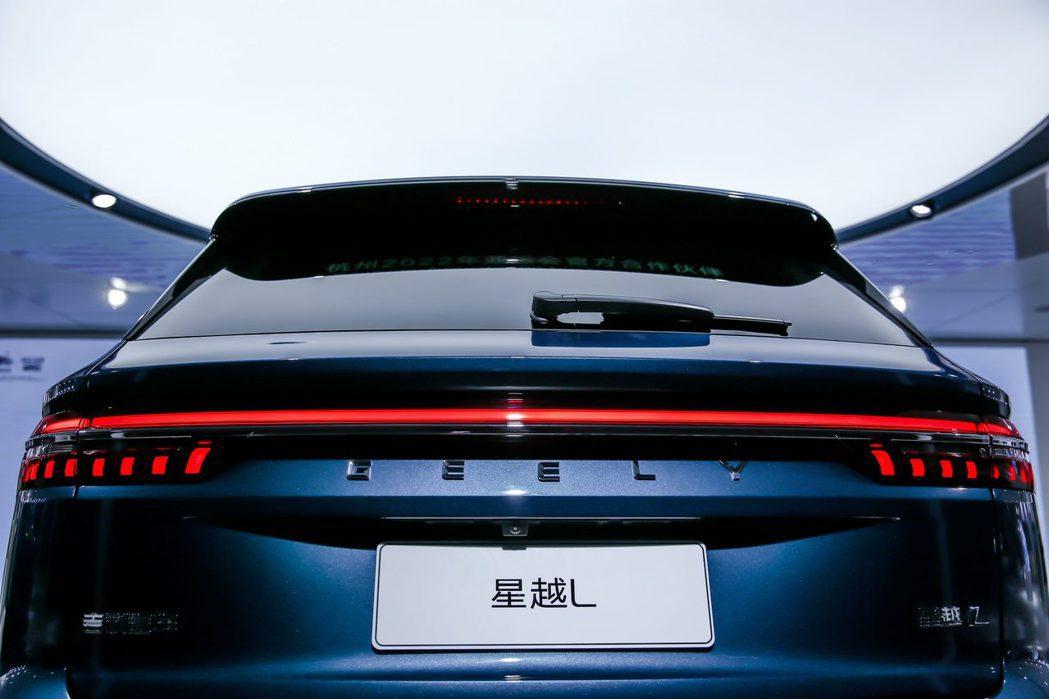 將GEELY品牌名稱用文字排列在尾燈下方,呈現簡約的品牌識別。 摘自吉利汽車