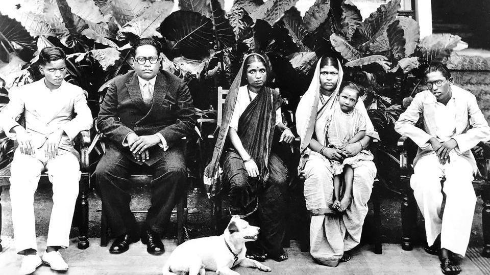 1934年,安貝卡博士(左二)與家族合照。 圖/維基共享