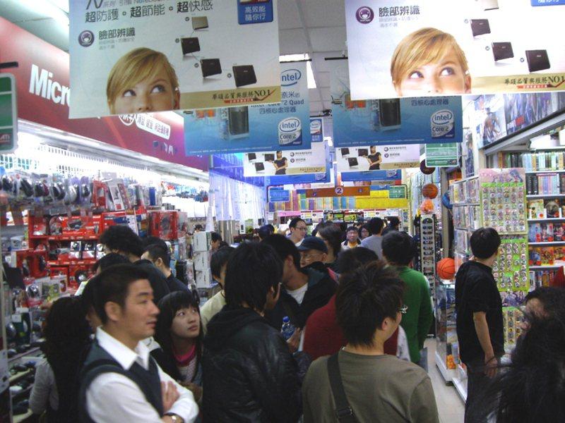 日前一名外國網友去光華商場,發現店家架上有滿滿的顯示卡,讓他相當驚訝。圖/聯合報系資料照