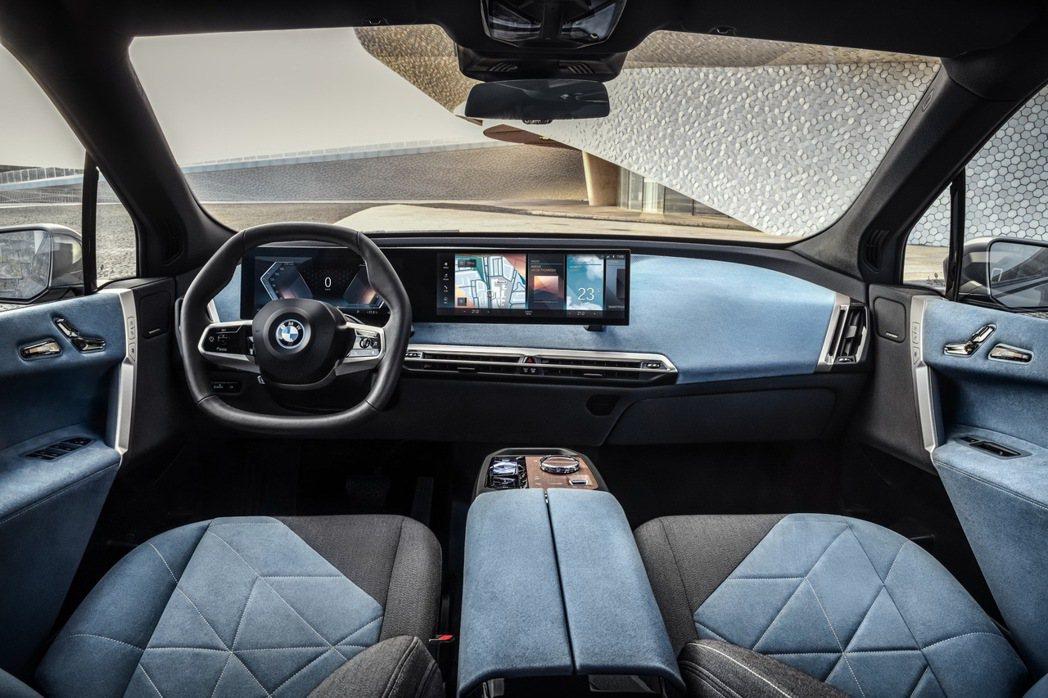 BMW將iX車室視為生活空間的延伸,以一體式曲面液晶顯示幕搭配北歐豪華設計家居般...