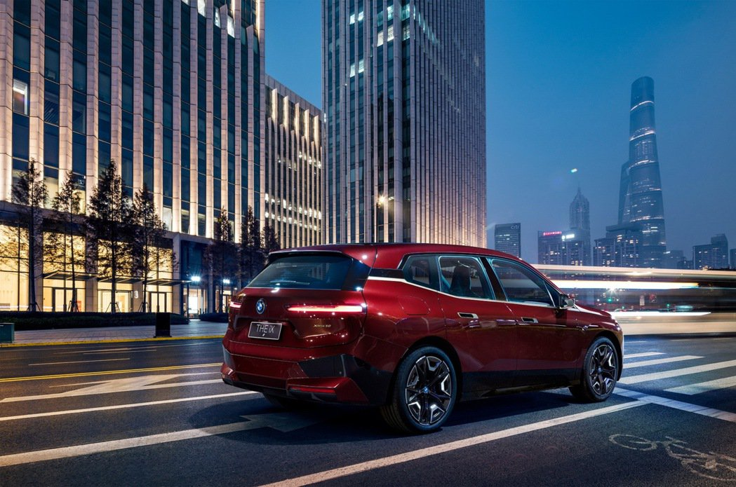 BMW iX xDrive50擁有超過500匹最大馬力輸出,0-100公里加速在...