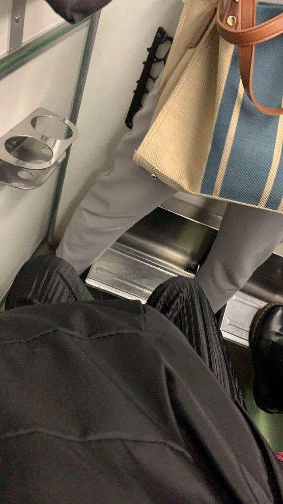 近日一名女大生搭自強號買到第一排的對號座,結果一名站票乘客因為人多位子擠,只好站在她位子前方,想不到兩人就這樣一路從台中到桃園「面面相覷」。 圖擷自Dcard