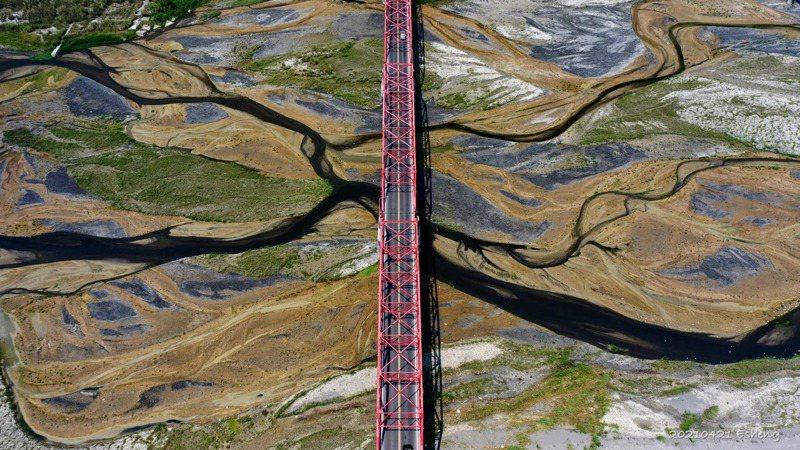 正值枯水期的濁水溪,近日被拍下特殊的畫面,可以看到涓涓細流、綠色植被形成一種特殊景像,儼然如「大地畫布」。 圖/黃一盛授權提供 (黃一盛臉書)