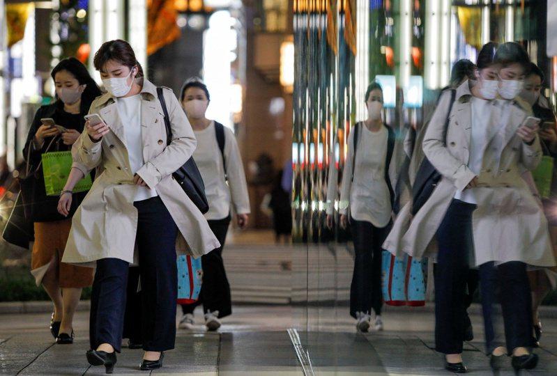 NHK報導,日本政府諮詢專家意見後,拍板自本月25日至下月11日於東京都、大阪府、京都府及兵庫縣實施緊急宣言。 路透社