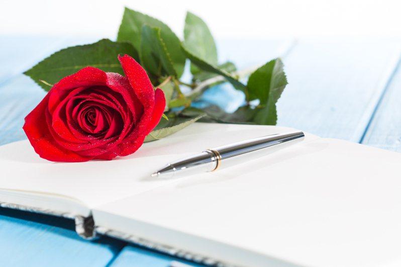 423為什麼除了人人手上一本書,還會互贈玫瑰作為紀念呢?示意圖/ingimage
