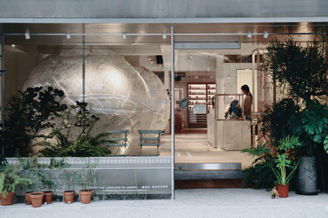 肯園和平店於去年9月開幕,神秘灰白的大型毬果裝置是感官體驗空間。 圖/沈佩臻攝影