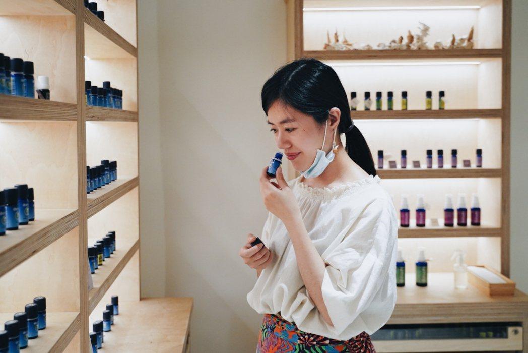 品牌專業講師、和平店店長吳宣慧認為,當疫情延燒時,我們更需要將內在穩住,透過香氣...