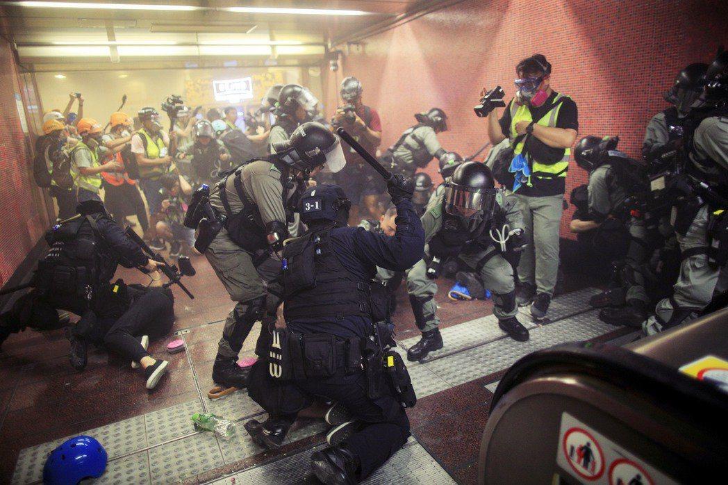 然而公民不服從,到了當代的政治情勢依然管用嗎?也是一個未解的難題。圖為香港警方毆...
