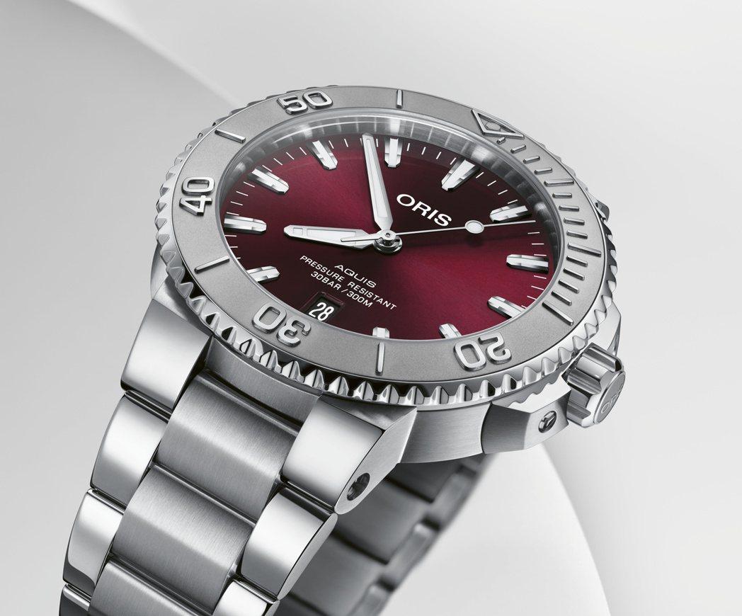 讓人一見傾心的櫻桃紅錶盤的Aquis高性能日期潛水錶。ORIS/提供