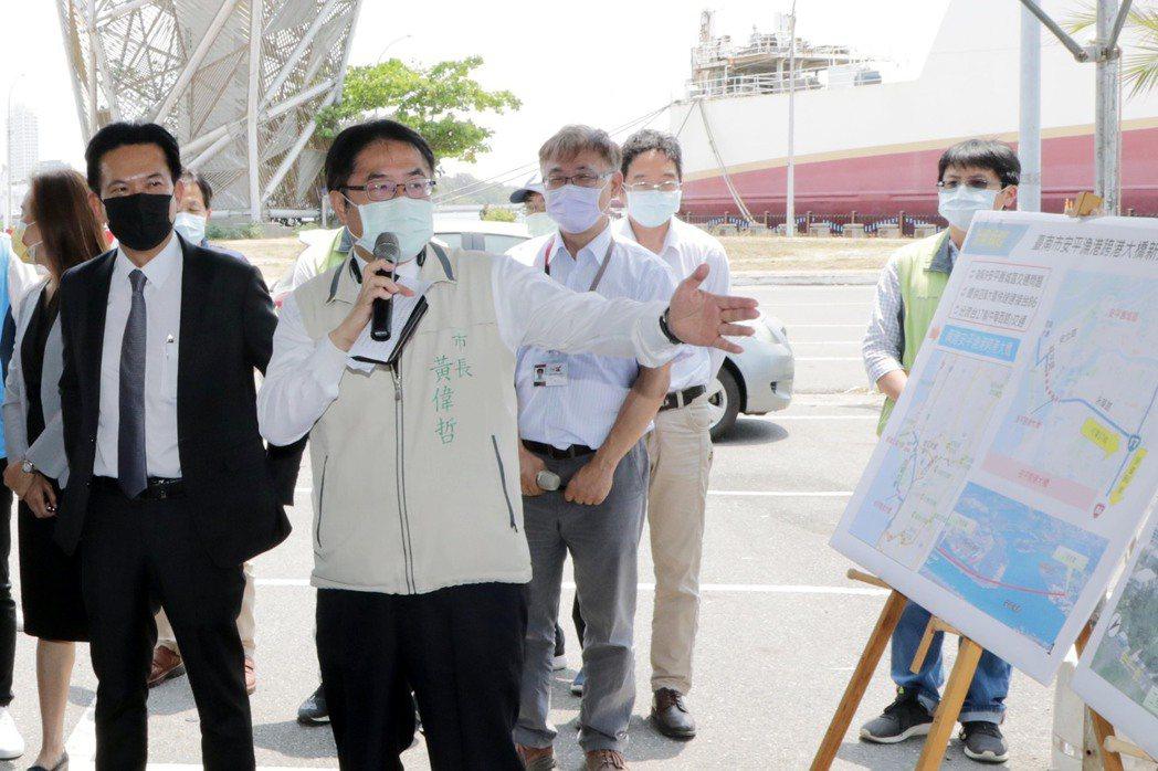 立法院交通委員會考察台南地區交通建設,市長黃偉哲親自解說簡報。 市政府/提供