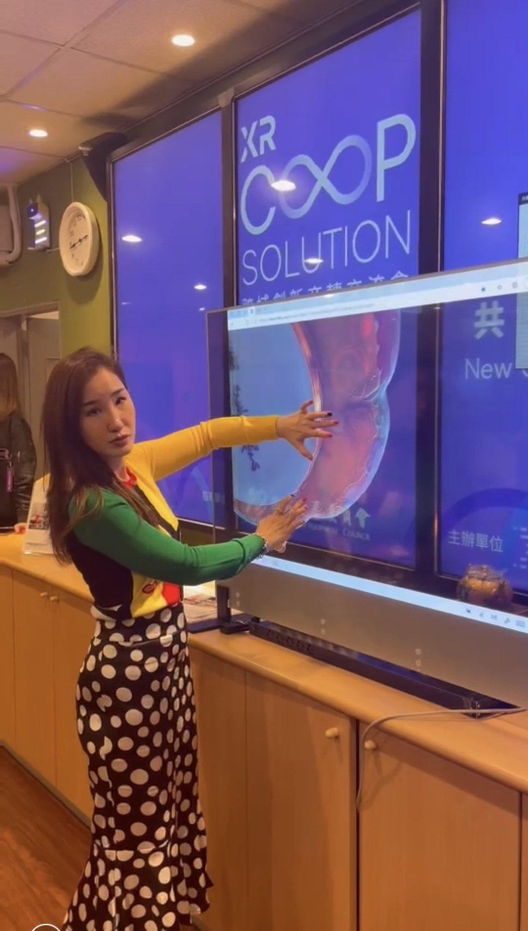 方舟品牌經理展示Shopping Window在國寶、精品的應用。 永樂方舟...