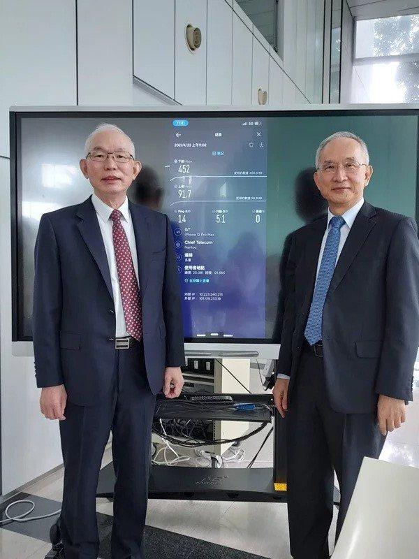 亞太電信現場展示5G共網傳輸效率。右為亞太電信董事長呂芳銘,左為亞太電信總經理黃南仁。記者黃晶琳/攝影