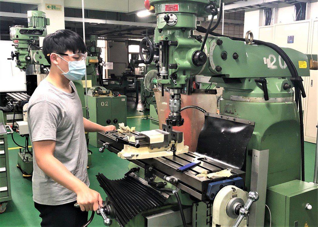 李威儒選手進行類金屬銑消加工訓練。 北基宜花金馬分署/提供。