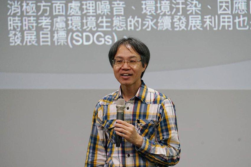 劉威德教授跟同學們談心理學是探究人性的科學。 東華大學/提供