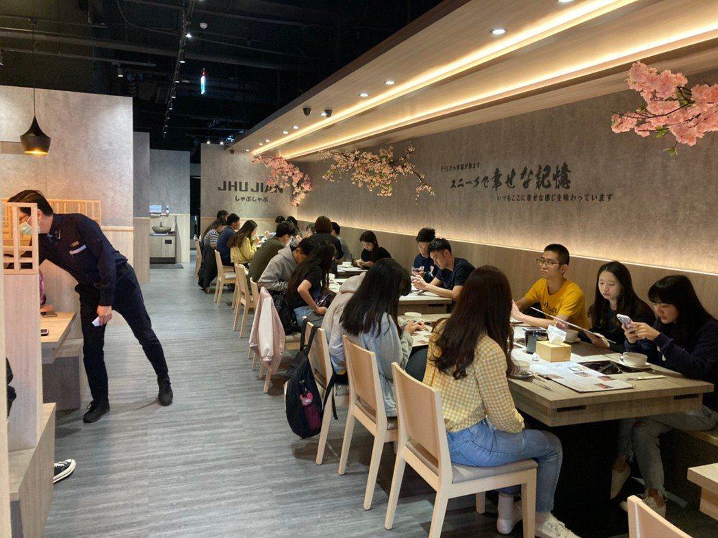 築間三峽大學店用餐盛況。