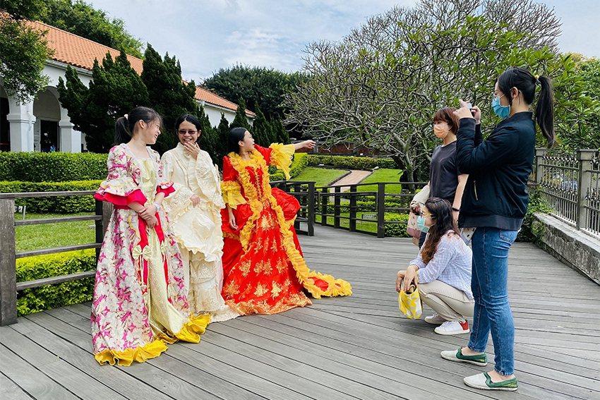 新北市文化國小穿上英式禮服替民眾導覽小白宮,別有一番風情。 淡水古蹟博物館/提供